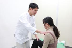 肩の施術風景